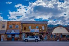 Afton, Wyoming, Estados Unidos - 7 de junio de 2018: Vista al aire libre de algunos coches en los streetss en la entrada de la ci Fotografía de archivo