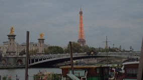Aftoncityscape av Paris med Pont Alexandre III, flod och Eiffeltorn arkivfilmer