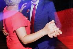 Aftondansparti - nygift personbrud- och brudgumdans på weddin arkivfoto