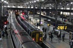 Aftondrev i den Leeds järnvägsstationen Royaltyfri Foto