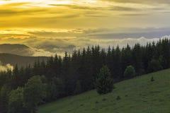 Aftonen är tid i bergen i en härlig dal Royaltyfri Foto