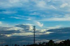 Aftonen efter solnedgång Efter signalöverföringstorn arkivbild