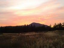 Aftonen färgade naturen för sikten för solnedgånghimmelberget fördunklar arkivbilder