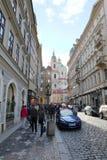 Aftonen går på gamla stadsgator royaltyfri fotografi
