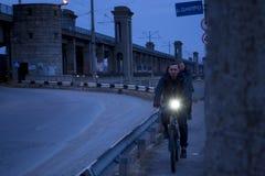 Aftonen går till och med Zaporozhyen på bron fotografering för bildbyråer