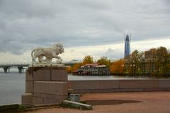 Aftonen i Oktober, promenerar den Elagin ön Royaltyfri Foto