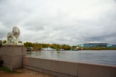 Aftonen i Oktober, promenerar den Elagin ön Royaltyfria Bilder