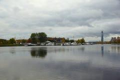 Aftonen i Oktober, promenerar Krestovsky och den Elagin ön Arkivfoton