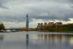 Aftonen i Oktober, promenerar Krestovsky och den Elagin ön Fotografering för Bildbyråer