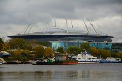 Aftonen i Oktober, promenerar Krestovsky och den Elagin ön Royaltyfri Fotografi