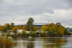 Aftonen i Oktober, promenerar Krestovsky och den Elagin ön Royaltyfria Bilder