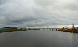 Aftonen i Oktober, promenerar Krestovsky och den Elagin ön Royaltyfri Bild