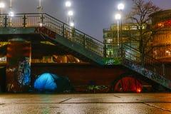 Aftonen och natten skissar på hirsgatorna i mitten av porten av Hamburg arkivbild