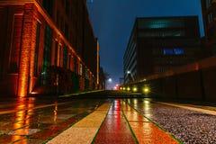 Aftonen och natten skissar på hirsgatorna i mitten av porten av Hamburg Royaltyfri Fotografi
