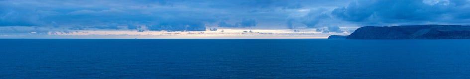 Aftonen solnedgång landskap av Blacket Sea Royaltyfri Fotografi