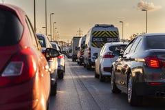 Aftonen trafikerar istanbul för bosphorusbrofärja övergående kalkon Fotografering för Bildbyråer