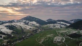 Aftonfärger över snöig lantligt landskap i tidig vårbygd Flyg- hyperlapse för Tid schackningsperiod stock video