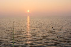 Aftonfiske på sjön arkivbilder