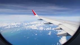 Aftonflyg på molnet och blå himmel, fantastisk sikt från vinden Arkivfoton