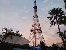 Aftonfoto av torn och den satellit- antennen royaltyfria foton