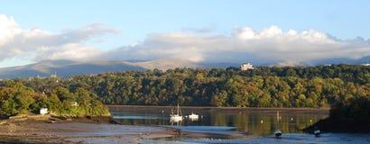 AftonfredMenai kanal Wales Arkivbild