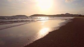 Aftonhavsvåg på stranden i Thailand lager videofilmer