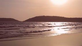 Aftonhavsvåg på stranden i Thailand stock video