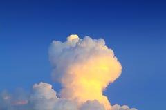 Aftonhimmel med bildade moln approximerar ett champinjonmoln royaltyfri fotografi
