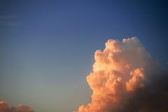 Aftonhimmel med guld- moln Arkivbild