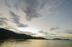 Aftonhimmel på stranden sätta på land den härliga soluppgången thailand för skyen för dagkhanomnakornsrithammarat fotografering för bildbyråer