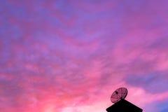 Aftonhimmelsikt med antenner Royaltyfri Bild