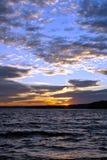 aftonlake över skyimponerande föreställningsolnedgång Royaltyfria Foton