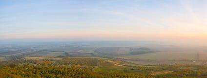 Aftonlandskap i centrala bohemiska högländer, Tjeckien fotografering för bildbyråer