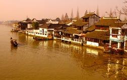 Aftonlandskap i kanalflodstad av Dzujiajiao nära Shanghai Arkivbilder
