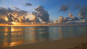 Aftonlandskap på det karibiska havet Arkivbild