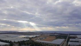 Aftonlandskapsikt på den medelhavkustlinjen, himmel, moln, dalen med vattenbehållaren och orangerier Arkivfoton