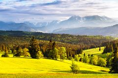 Aftonljus i vår Solnedgång i Tatra berg, Polen arkivfoton