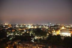 Aftonljus och Bangkok stadssikt downtown royaltyfria foton