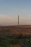 Aftonljus på bergstoppet med radiomasten Royaltyfri Fotografi