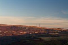 Aftonljus på bergstoppet med radiomaster Royaltyfri Foto