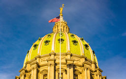 Aftonljus på kupolen av den Pennsylvania statKapitolium i H Royaltyfria Bilder