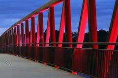 Aftonljus på två floder parkerar bron royaltyfria bilder
