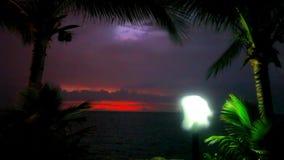 Aftonlynne i den Koh Samui sikten på himmel, lykta och lager videofilmer