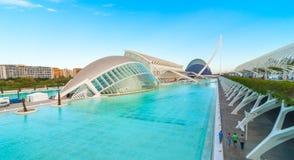 Aftonmöte på L ` som är halvklotformig i Valencia, stad av konster och vetenskaper royaltyfri fotografi