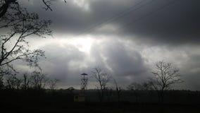 Aftonnatur med mörka moln Arkivbilder