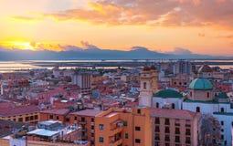 Aftonpanorama av Cagliari, solnedgång på Sardinia Arkivfoto