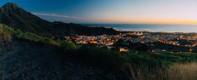 Aftonpanorama av den Adeje staden, Tenerife royaltyfri bild