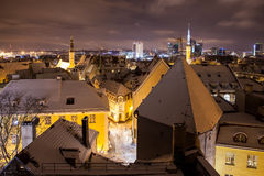 Aftonpanorama av Tallinn den gamla staden royaltyfri foto