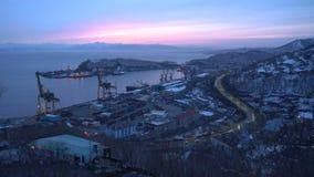 Aftonpanoramasikt av Petropavlovsk kommersiell havsport i Stilla havet arkivfilmer