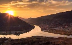 Aftonpanoramautsikt av den Mtskheta staden och Kura River från den Jvari kloster på solnedgången georgia Europa Arkivfoto
